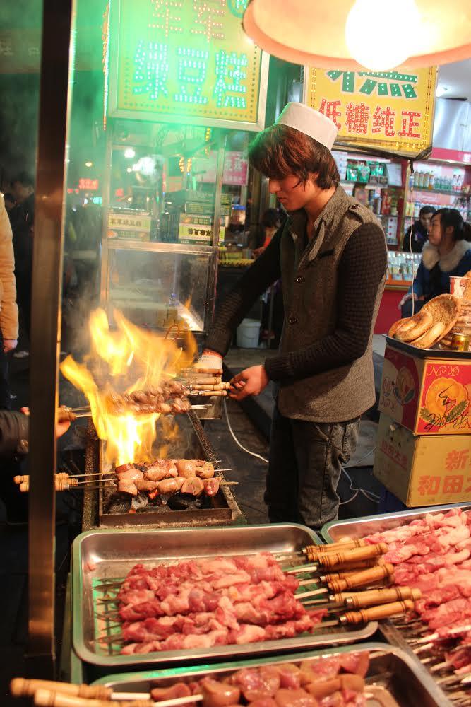 店の前で羊串肉を焼く様子