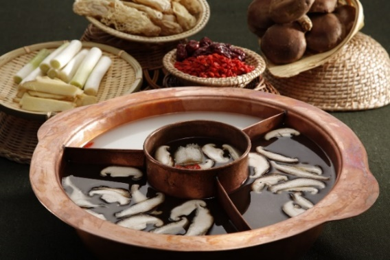 菌王奇香锅:采用名贵的松茸、牛肝菌等十多种野生菌和高汤熬制而成,具有清热、除烦、祛风散寒、补虚提神等诸多保健功效。