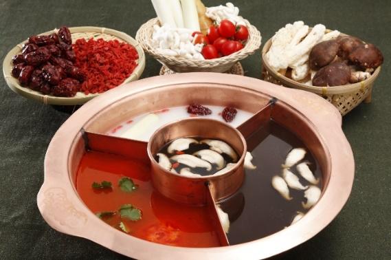 糊辣鸳鸯锅:云南特产香配料加上精心烤制,糊辣风味醇正浓厚。糊而不焦,香味醇厚;辣而不燥,健胃提神。能促进血液循环、排毒养颜。