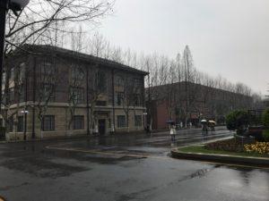 徐匯キャンパス構内の古い建物と新しい建物が並んでいる様子