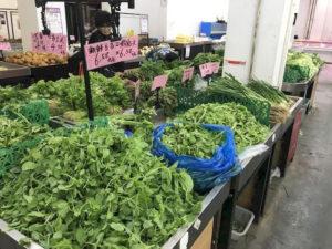 『地元のスーパー。野菜の種類もたくさんあります』